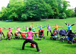 Outdoor-Kurs von Laufmamalauf trainiert gemeinsam in einem grünen Park