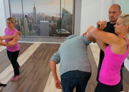 Frauen trainieren und üben gemeinsam Selbstverteidigung